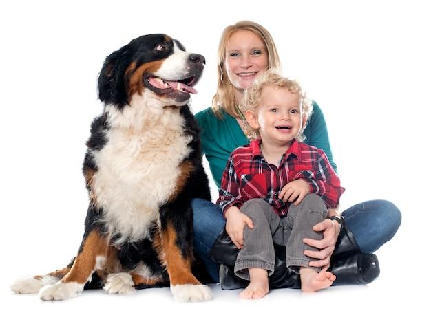Kleine jongen, hond en moeder Premium Foto