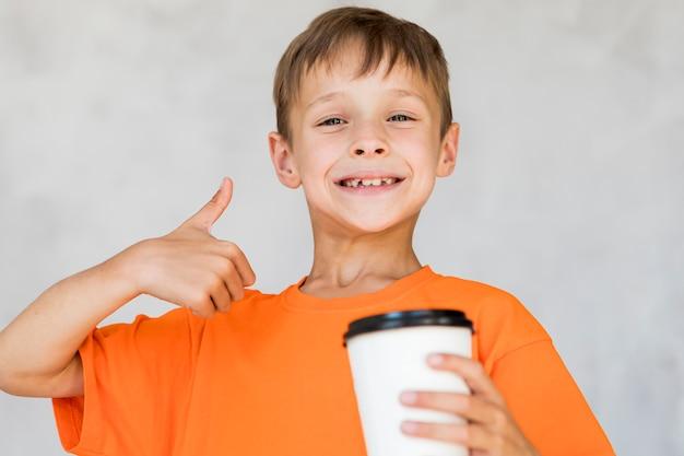 Kleine jongen houdt van zijn drankje Gratis Foto