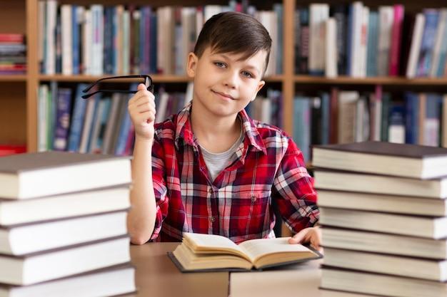 Kleine jongen in de bibliotheek Gratis Foto