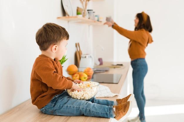 Kleine jongen in de keuken Gratis Foto