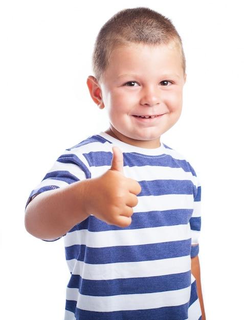 Kleine jongen lachend met een duim omhoog foto gratis download - Bed voor kleine jongen ...