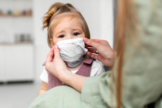 Kleine jongen medische masker dragen Gratis Foto