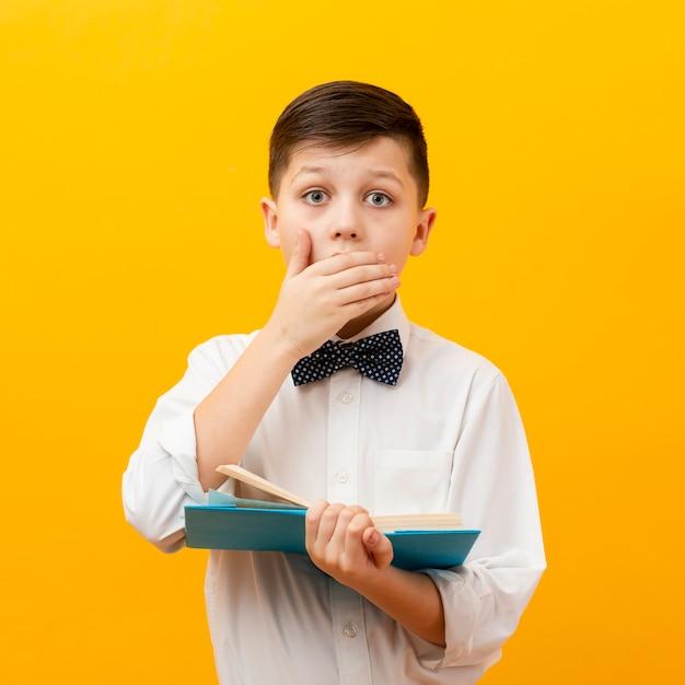 Kleine jongen met boek verrast Gratis Foto