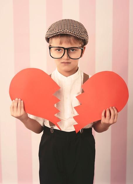 Kleine jongen met gebroken hart Gratis Foto