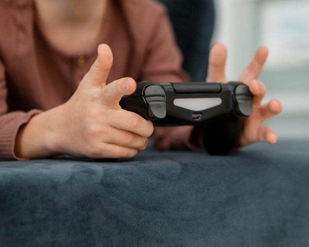 Kleine jongen speelt met een controller Gratis Foto