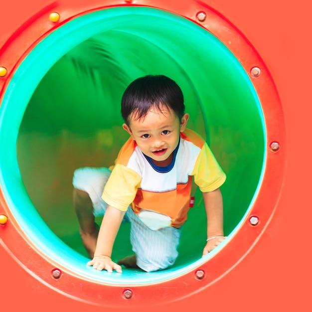 Kleine jongen spelen Premium Foto