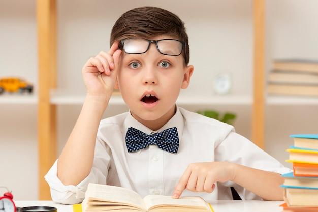 Kleine jongen verrast van boekinhoud Gratis Foto