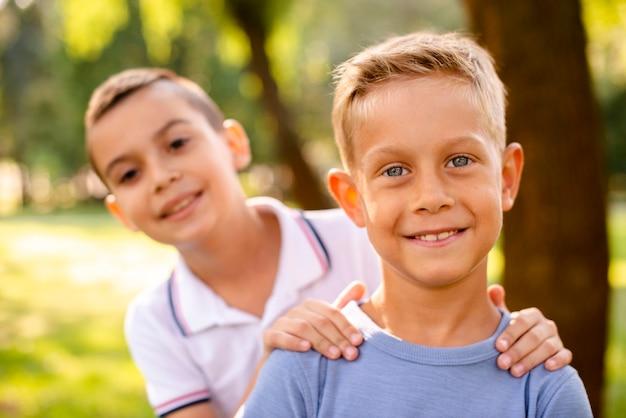 Kleine jongens die voor de camera glimlachen Gratis Foto