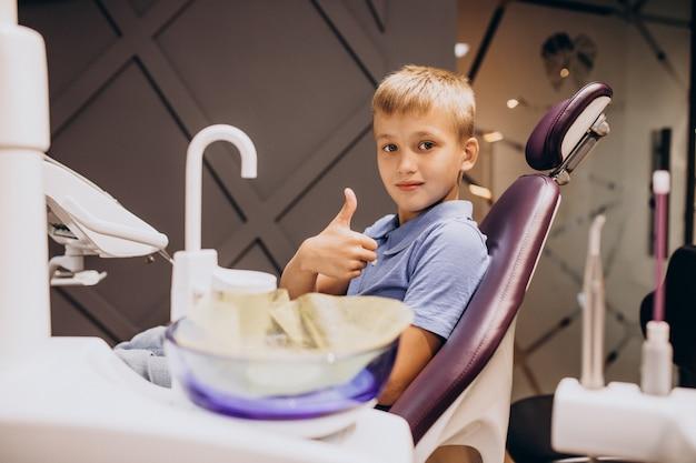 Kleine jongenspatiënt bij tandarts Gratis Foto