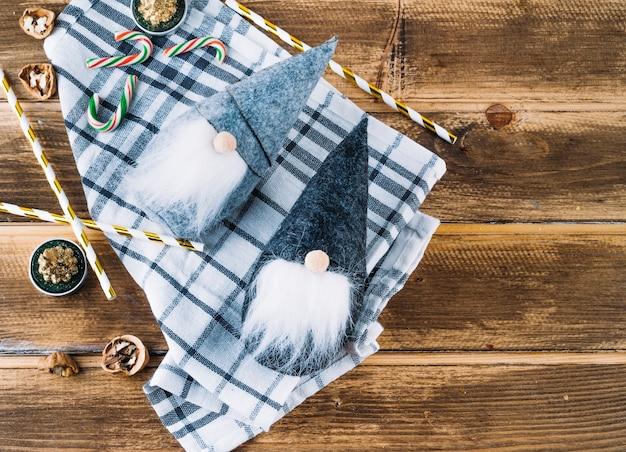 Kleine kerstelf met snoepriet Gratis Foto