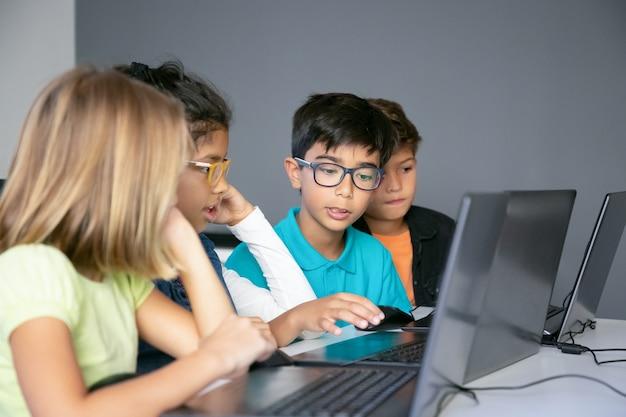 Kleine klasgenoten bespreken les en doen een taak Gratis Foto