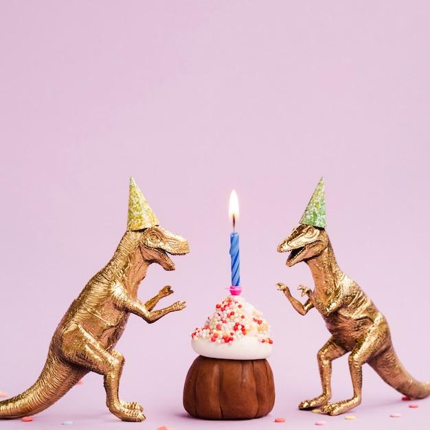 Kleine muffin en plastic dinosaurussen Gratis Foto