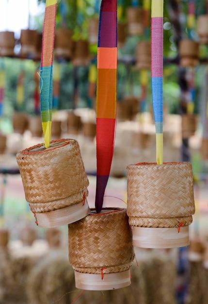 Kleine rieten rijst die van bamboe is gemaakt, hangt ter decoratie rond het plaatselijke restaurant. Premium Foto
