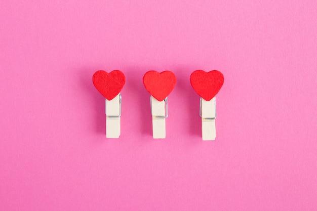 Kleine rode harten op houten wasknijpers Premium Foto