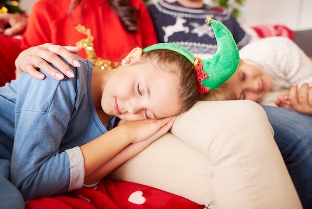 Kleine schattige elf slapen met kerstmis Gratis Foto