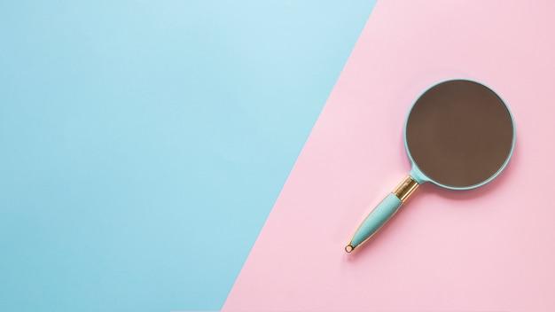 Kleine spiegel op heldere tafel Gratis Foto