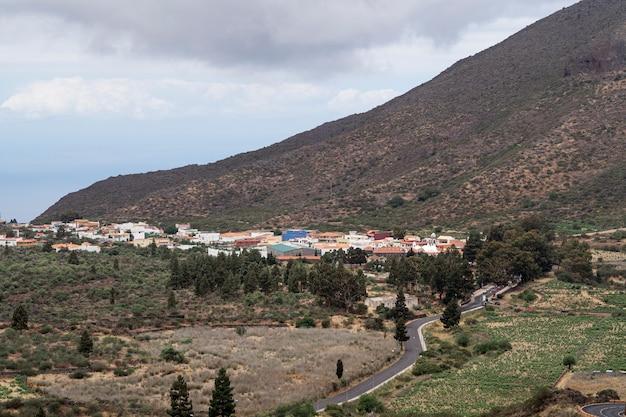 Kleine stad met berg op achtergrond Gratis Foto