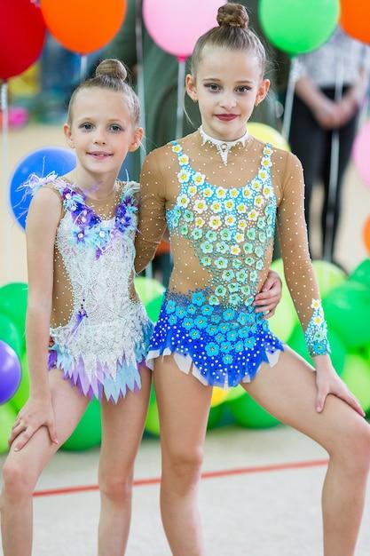 Kleine turners met medailles in ritmische gymnastiekcompetitie Premium Foto