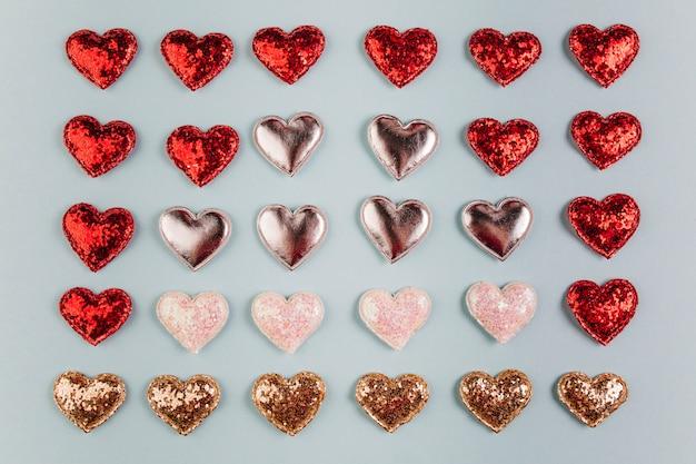 Kleine verschillende glanzende harten op tafel Gratis Foto