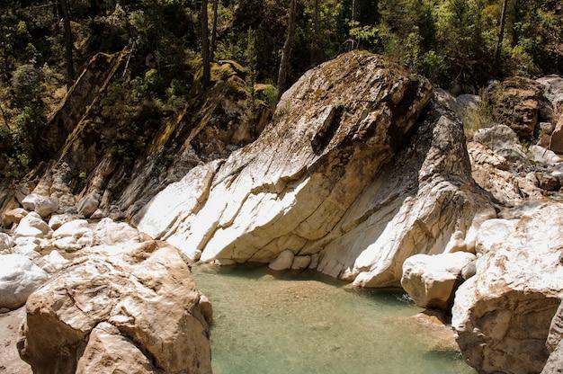 Kleine vijver tussen rotsen in goynuk-canion Premium Foto