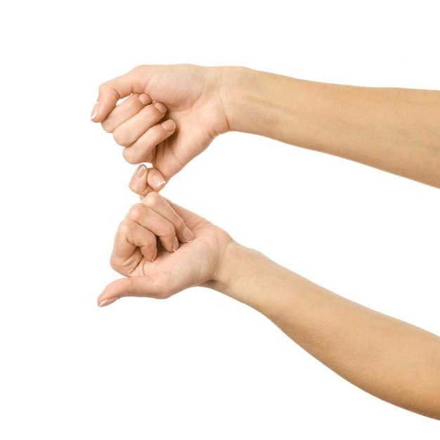 Kleine vingers houden elkaar vast. vrouwenhand gesturing geïsoleerd op wit Premium Foto
