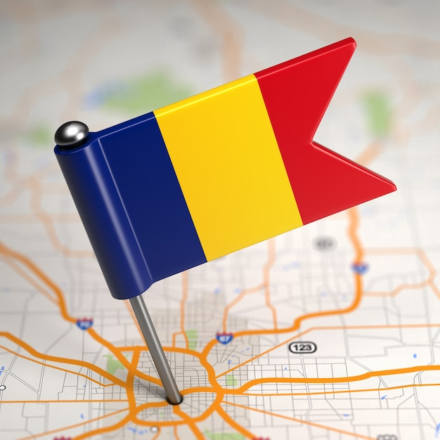 Kleine vlag van roemenië geplakt op de kaartachtergrond met selectieve aandacht. Premium Foto