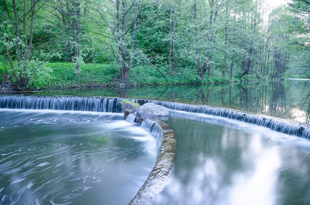 Kleine waterval op een kleine schilderachtige beek in het bos Premium Foto
