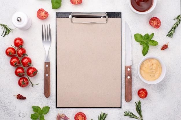 Klembord met bestek en ingrediënten Gratis Foto