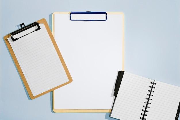 Klembord van verschillende formaten en bovenaanzicht van notebook Gratis Foto