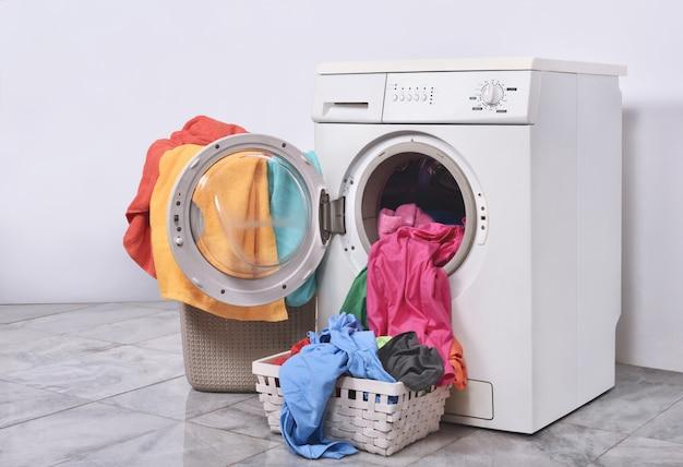 Kleren klaar om te wassen met wasmachine Premium Foto
