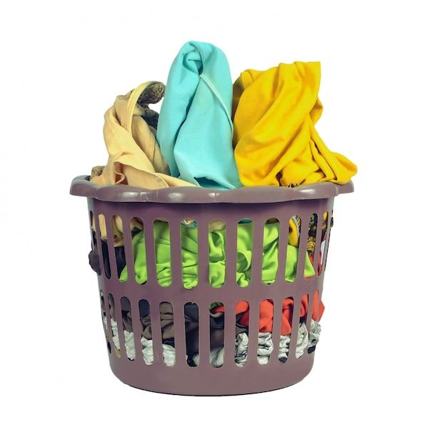 Kleren mand bij de hand wassen of wassen in een was winkel op wit Premium Foto