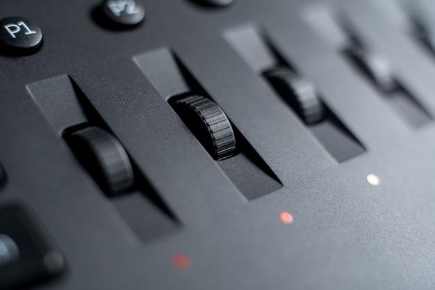 Kleurcorrectie bedieningsknoppen op het paneel close-up. Premium Foto