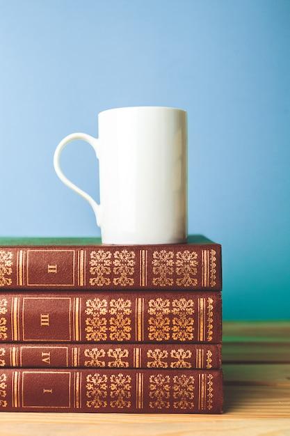 Kleurenkop thee met boeken op lijst Premium Foto