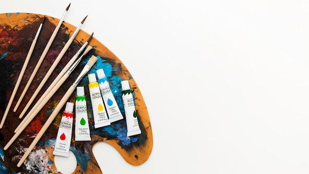 Kleurenpalet met penselen en aquarelbuizen Gratis Foto