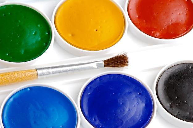 Kleurenpotloden over een witte achtergrond Premium Foto