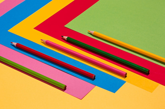 Kleurpotloden en gekleurd papier Gratis Foto