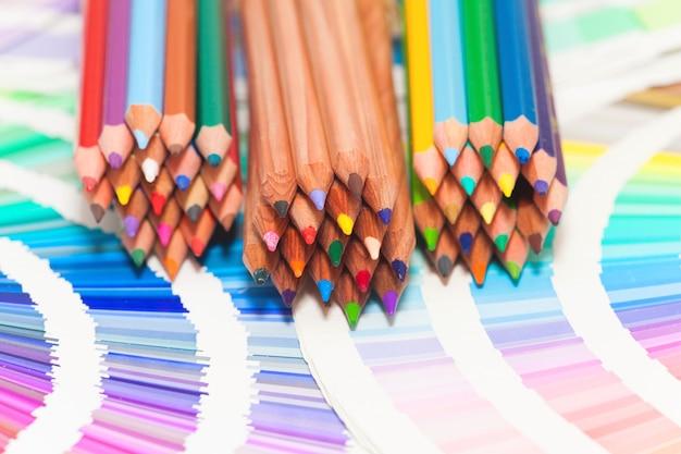 Kleurpotloden en kleurenkaart van alle kleuren Premium Foto