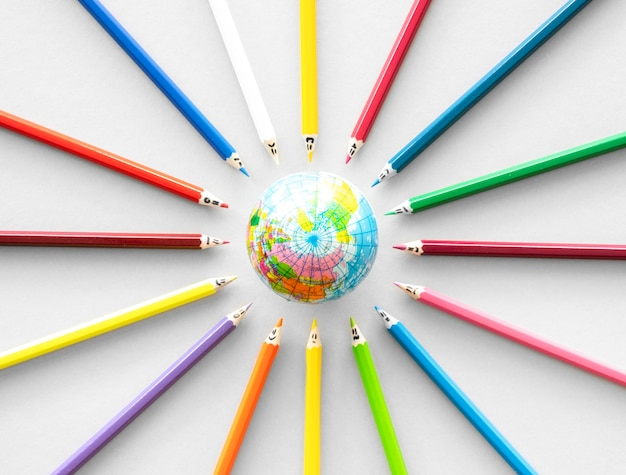 Kleurpotloden met globe Gratis Foto