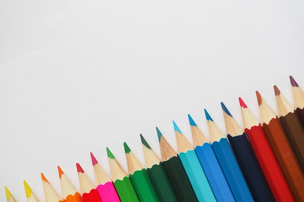 Kleurpotloden. samenvatting gekleurde achtergrond. Premium Foto