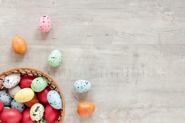 Kleurrijk beschilderde eieren in de mand Gratis Foto