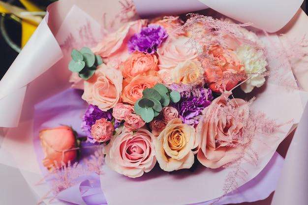 Kleurrijk bloemenboeket. rozen. tulpen. verjaardag, pasen, moederdag, valentijnsdag, groeten, gefeliciteerd. Premium Foto