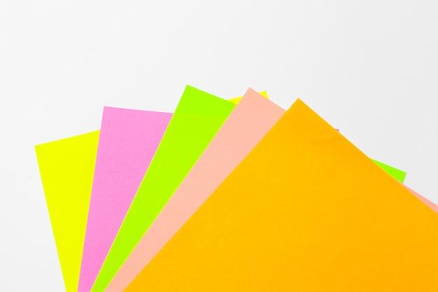 Kleurrijk document dat op wit wordt geïsoleerd Premium Foto