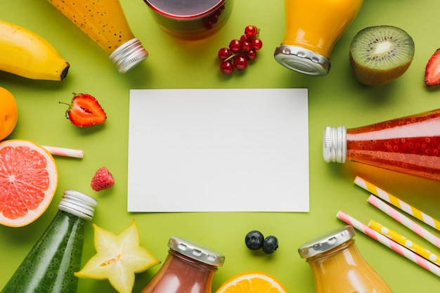 Kleurrijk fruit en smoothieskader Gratis Foto