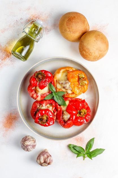 Kleurrijk gebakken met kaas, gevulde paprika met gehakt. Gratis Foto