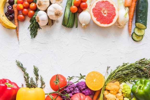 Kleurrijk gezond en ongezond voedsel op witte geweven achtergrond Gratis Foto