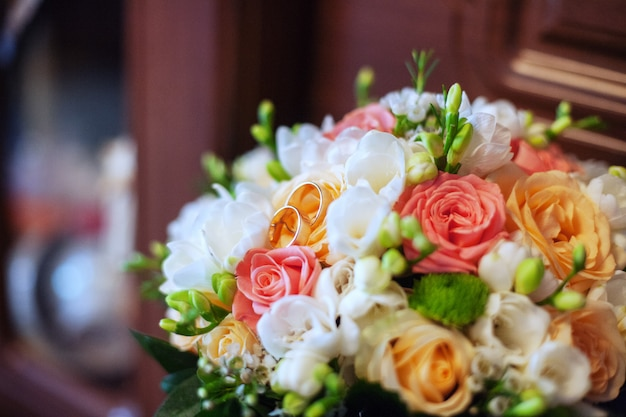 Kleurrijk huwelijksboeket en ringen. Premium Foto
