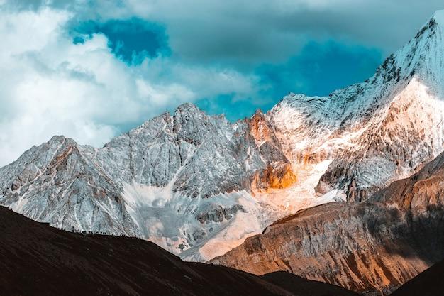 Kleurrijk in de herfstbos en sneeuwberg bij het natuurreservaat yading, de laatste shangri-la Premium Foto