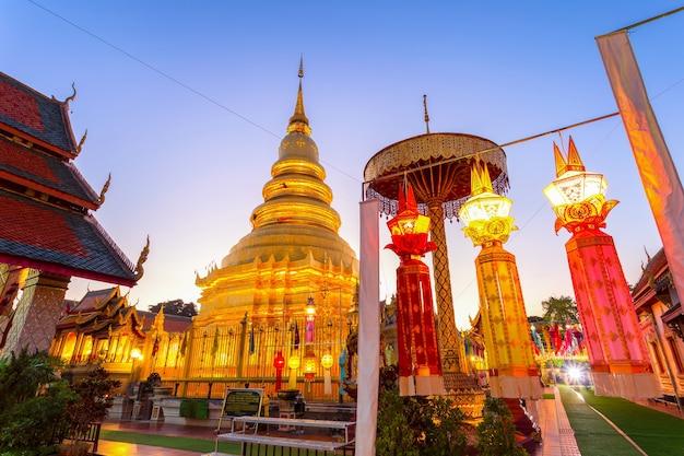 Kleurrijk lampfestival en lantaarn in loi krathong in wat phra that hariphunchai, lamphun province, thailand Premium Foto