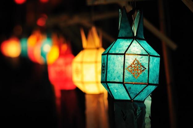 Kleurrijk lantaarnfestival of yee peng festival (het noorden van de nieuwe jaren van thailand), chiang mai Premium Foto