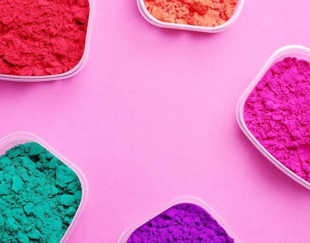 Kleurrijk poeder op roze achtergrond, holi-festivalconcept Gratis Foto